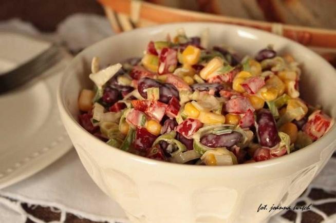 składniki: 2 pory 1 puszka kukurydzy 1 puszka czerwonej fasoli 1 czerwona papryka 4 łyżki śmietany ok. 7 łyżek majonezu ok. 2 łyżki soku z cytryny sól, pieprz