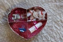 Prezenty dla młodej Pary w Dniu Ślubu. Kartonowe serce z czterema przegródkam...