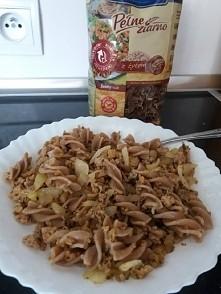 makaron mięso mielone i cebulka . smarzone na oleju kokosowym.