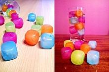 Kolorowe plastikowe kostki lodu.