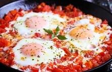 Szakszuka - jajka w pomidorach Składniki na dwie porcje: Jajka - 4 sztuki Cebula - 1/2 sztuki Czosnek - spory ząbek Pomidory - 4 sztuki Oliwa - łyżka Sól, pieprz, świeża bazylia...