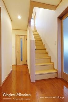 Podłoga w przedpokoju musi sprostać wielu wyzwaniom. Ślady obuwia gości i dom...