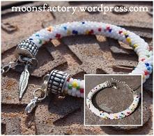 moonsfactory.wordpress.com  Ostatnie chwile lata! Piękna, pełna kolorów bransoletka na pewno pozwoli poczuć je jeszcze mocniej! Biżuteria wykonana ręcznie na szydełku z koralikó...