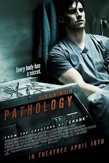 Patologia(2008) Zdolny absolwent medycyny sądowej, Ted Grey, poznaje na stażu...