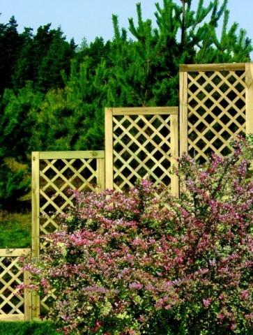 Drewniane kratki na kwiaty umiejscowione wzdłuż ścian to jeden z lepszych pomysłów na niedrogą i prostą z stworzeniu aranżację.
