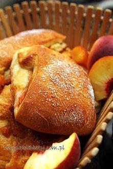 Drożdżowe bułeczki z brzoskwiniami - Wypieki Beaty
