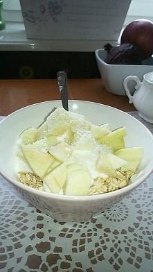 płatki owsiane,jogurt naturalny,jabłko antoniówka,miód i wiórki kokosowe! hugr come back :) zeby sama siebie zdyscyplinowac bede wstawiala kazde danie jakie jadłam :) dzisiaj 55...