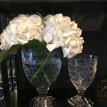 kwiaty hortensje w pięknych kryształowych wazonach