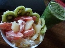 Dawka witamin na poprawę nastroju... jakoś dziś tak byle jak z nastrojem... Koktajl: jarmuż, ananas + sok, banan, woda ...