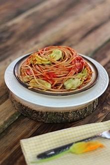 Pełnoziarniste spaghetti z pastą ajvar i kwiatami cukinii - kliknij w zdjęcie po przepis.