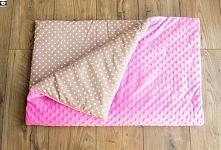 Kołderka na jesień/zimę, 75x100 cm, wypełniona ociepliną o grubości 3 cm. Różowy plusz minky + bawełna w kropki.