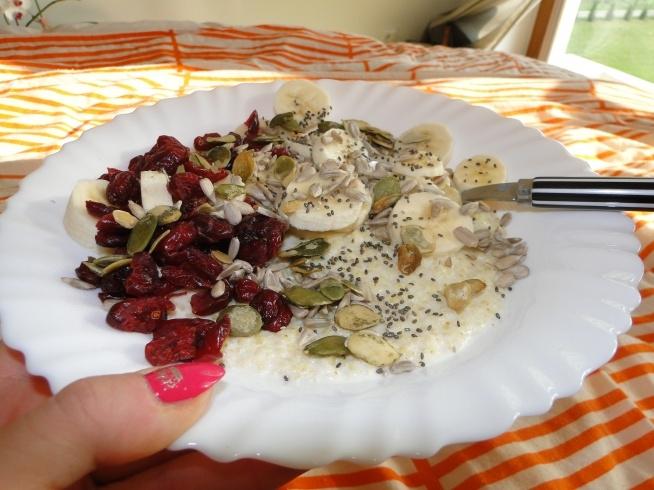 Śniadanie do łóżka :) jaglanka z owocami ;)