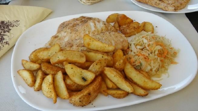 Restauracja ;) Sznycel z zapiekanymi ziemniaczkami i kiszona kapusta pysznosci lekkie zdrowe i bardzo smaczne Polecam! ;)