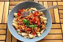 Składniki (ok. 4 porcje): 30 dag mielonej piersi z indyka 2 puszki pomidorów ...