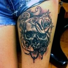 tatuaże damskie czaszka z r...