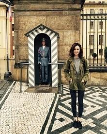Lily w Pradze.