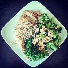 pierś z kurczaka pieczona na papierze, brokuły gotowane na parze, orzechy i sezam - wysokie białko i tłuszcz - moja potreningowa szama na redukcji :)  wcale nie tęsknię za masą ...