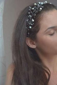 Wianek z pereł i kryształów idealny na ślub.