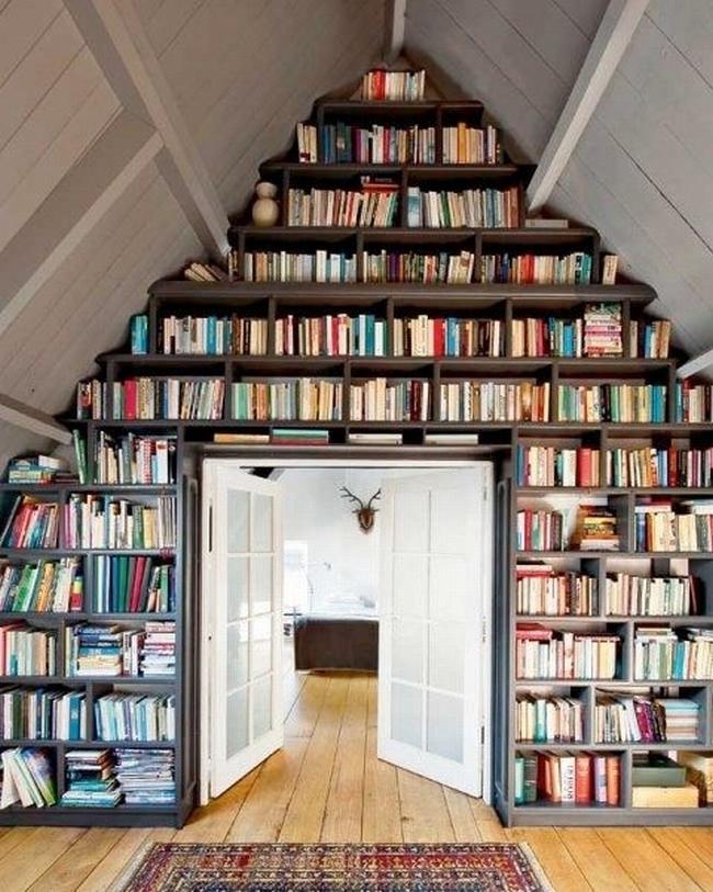 Biblioteczka na poddaszu? Czemu nie! Zobacz jak urządzić, jak zaprojektować takie miejsce i zainspiruj się! Zapraszam do wpisu po mnóstwo pomysłów na to, jak urządzić poddasze w domu!