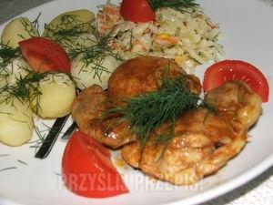 Smażone mięso z udek kurczaka   Składniki  ok 0,6 kg mięsa z udek kurczaka (bez skóry i kości) 1/2 szklanki białego wina 1 ząbek czosnku przyprawa do kurczaka szczypta mielonego imbiru papryka ostra papryka słodka 1 łyżka oliwy  Mięso myjemy, osuszamy. Czosnek obieramy, przeciskamy przez praskę nacieramy mięso, posypujemy przyprawami. Na patelni rozgrzewamy oliwę, podsmażamy mięso z obydwóch stron na złoty kolor. Gdy mięso się podsmaży wlewamy wino, chwilkę odparować, przykryć i dusić do miękkości mięsa.