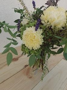 bukiet z kwiatów ogrodowych może być równie piękny jak te z kwiaciarni. dodatkowym plusem jest to, że taki bukiet jest całkowicie darmowy!
