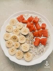 owsianka z nasionami chia bananem i arbuzem