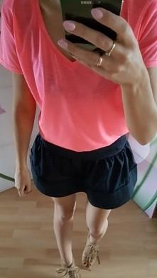 T-shirt basic 46 zl, spodniczka Avenue 95 zl