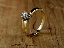 Pierścionek zaręczynowy Impressimo. Wykonany z żółtego złota. Zdobiony centra...