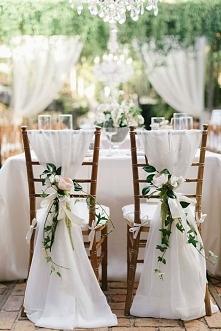 dekoracja krzeseł nie tylko na salę weselną, świetnie też sprawdziłaby się w kościele :)