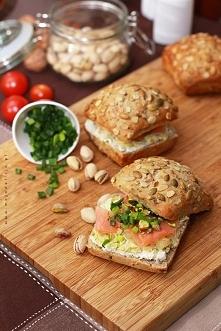 zdrowa-kanapka-z-łososiem-wędzonym,-duszonym-porem-z-chrzanem,-cytryną,-szczypiorkiem-i-pistacjami