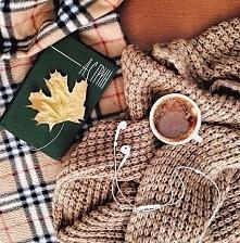 Spacery, swetry, koce kolorowe liscie, ksiazka i kubek z goraca czekolada w reku. Jesien.