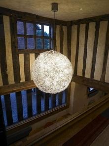 Stylowy żyrandol nad kuchnią w 500-letnim tradycyjnym angielskim domu z epoki...