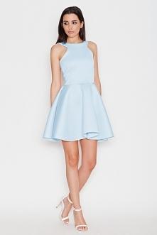 Piękna sukienka z wycięciem na obojczykach. Odsłonięte ramiona sprawiają, że sukienka jest wyjątkowo seksowna i zmysłowa. U góry dopasowana, na dole rozkloszowana sukienka w mod...