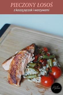 Pieczony łosoś z kaszą pęczak i warzywami. Kliknij w zdjęcie i zobacz przepis.