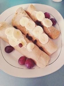 Urodzinowy obiadek naleśniki z serkiem, bananem i gruszką :) Dzisiaj miałam okazję spróbować bagietke z masłem czosnkowym z Biedronki była genialna *.* Trafiłam właśnie jak wysz...