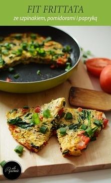 Frittata ze szpinakiem, pomidorami i papryką. Kliknij w zdjęcie i zobacz prze...