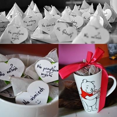 Pomysł na prezent urodzinowy dla ukochanej osoby. Herbatki ze specjalnymi dedykacjami pomogą poprawić nastrój w złych chwilach i zrobić niezapomnianymi wyjątkowe momenty, zatrzymując czas....<3 Wystarczy zaopatrzyć się w kubek z ciekawym motywem, ulubioną, aromatyczną herbatkę ukochanej osoby, wyciąć z papieru odpowiadający nam motyw i umieścić na niech dedykacje płynące z naszego serduszka, poprzyklejać je na herbatkach. Całość estetycznie układamy w kubku i przewiązujemy kokardą dla dodania uroku i kompletności. Jest to podarunek z uczuciem, praktyczny, tani i zapadający w pamięci. Ps. Własny pomysł i wykonanie :)