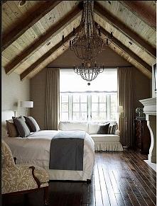 Stylowa sypialnia na poddaszu - zainspiruj się! Piękny klasyczny żyrandol, dr...