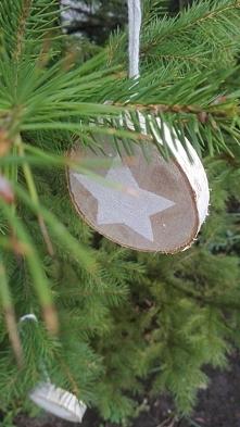 Zawieszki na choinkę zrobione z litego drewna brzozowego, pomalowane farbą ak...