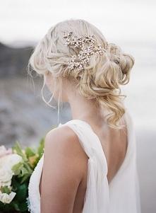Coraz częściej panny młode rezygnują z welonu. Aktualnie mamy mnóstwo zamienników, które wyglądają równie pięknie! Dla krótkich włosów lub do krótkiej sukni, opaska lub spinka m...