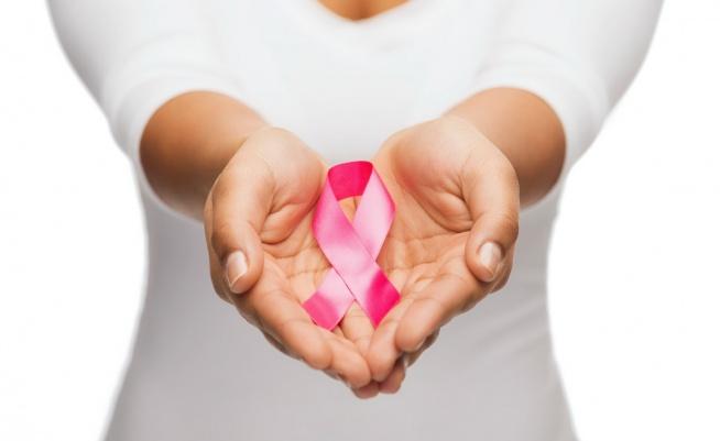 Czy pamiętacie, że październik jest miesiącem walki z rakiem piersi? Kiedy ostatnio badałyście sobie piersi drogie Panie?  Panowie – a kiedy Wasza żona, dziewczyna czy mama lub babcia – kiedy badała sobie piersi? Rozmawiacie na takie tematy?  Czy wiecie, że wcześniej wykryta zmiana jest w pełni do wyleczenia? Jakie znacie metody badania piersi? Właśnie, zastanówcie się.  Czy wiesz, że co roku na świecie diagnozuje się ok. 1,7 miliona nowych zachorowań, a umiera ponad 500 000 kobiet.  W Polsce statystyki są równie przerażające – na raka piersi zapada przeszło 16 500 kobiet rocznie a walkę z chorobą przegrywa aż 5 000 Polek .  Europejski Dzień Walki z Rakiem Piersi – kalendarzowo obchodzony 15 października – pomaga uświadomić kobietom, że w skutecznym zwalczaniu choroby kluczowa jest przede wszystkim regularna kontrola i wczesna diagnoza.