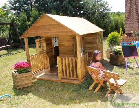 Domek ogrodowy do zabaw dla dzieci. Stworzony z zaimpregnowanego drewna sosnowego, wyposażony w podłogę i otwierane okna.