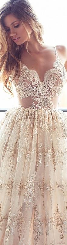 aaaww bardzo mi się podoba! Ze względu na przezroczyste wstawki suknia dla odważniejszych:) Koronki nigdy nie wyjdą z mody! Kolor trochę inny od tradycyjnej bieli, odpowiedni dl...