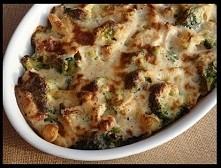 Zapiekanka makaronowa z kurczakiem i brokułem    składniki:  zapiekanka 400 g makaronu, u mnie castellane parmigiane 1 brokuł (500 g) 350 g piersi z kurczaka sól ziołowa olej do...