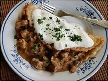 Placki po węgiersku w sosie pieczarkowym:  składniki na gulasz  600 g szynki wieprzowej 2 cebule 3 ząbki czosnku ok. 10 pieczarek  przyprawa do mięs knor  sól, pieprz 2 łyżki mą...