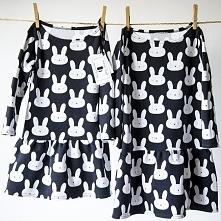 Dzianinowe sukienki w zabawne króliczki dla małej elegantki.