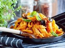 Makaron w pikantnym sosie z wieprzowiną i suszonymi pomidorami / Spicy pork a...