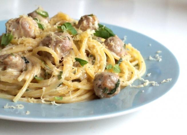 Spaghetti z białą kiełbasą, coś niesamowitego.  Po przepis klikamy w fotkę :)