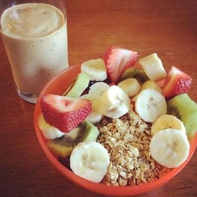 Zdrowe śniadanie = truskawki, kiwi, banany + koktajl + płatki owsiane/musli ♥
