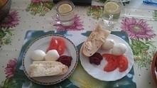 Zdrowe śniadanko :) Pyszne :) !  jajka na twardo, ćwikła ze swieżych buraczków, pomidor, bulka bagietka z maslem ( chcialam ciemne pieczywo ale nie mam ) Woda z cytryną. :)